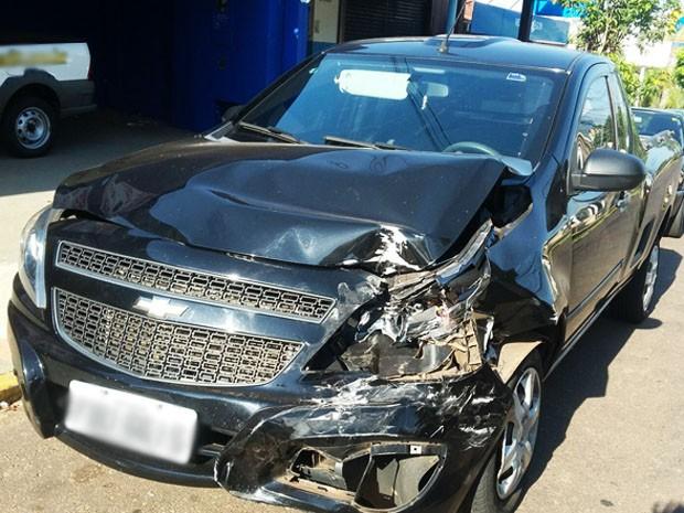 Veículo teve a lateral esquerda danificada com a colisão (Foto: Stephanie Fonseca/G1)