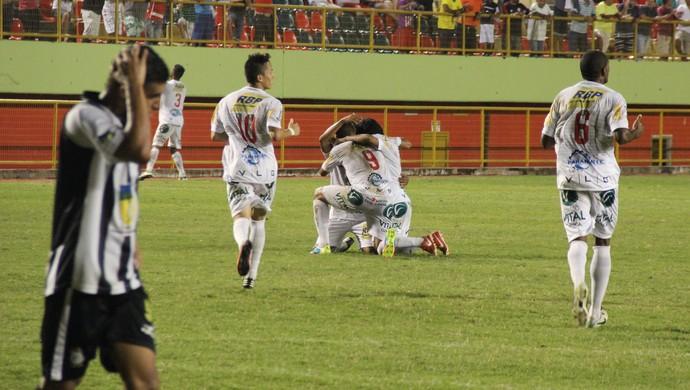 Jogadores do Rio Branco comemoram gol da vitória em cima do Santos-AP (Foto: João Paulo Maia)