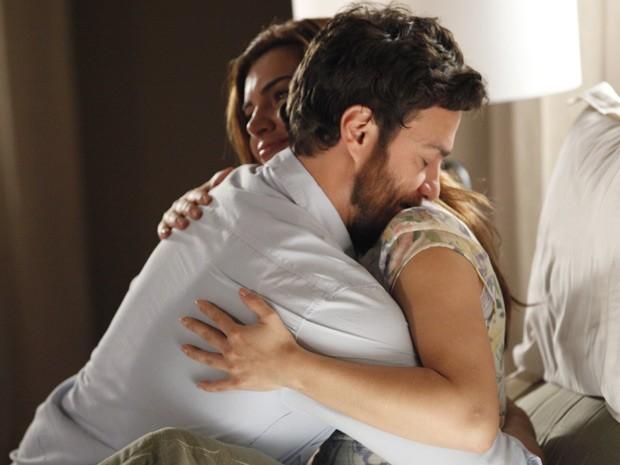 Elisa pede para os dois irem com calma, e Rodrigo se mostra compreensivo (Foto: Amor Eterno Amor / TV Globo)
