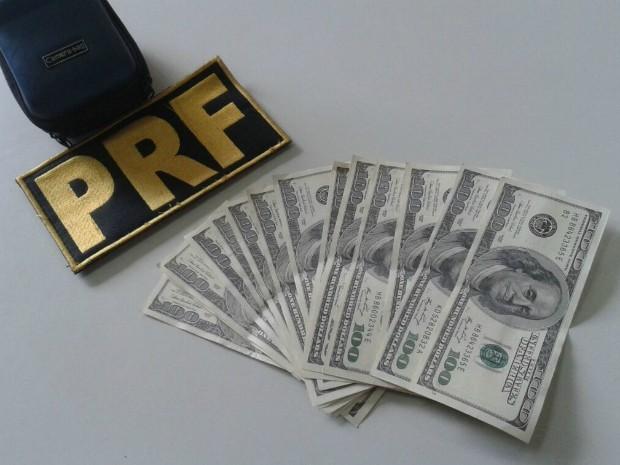 Depois de abordado, estrangeiro foi levado com as notas até uma casa de câmbio, onde a falsificação foi constatada (Foto: PRF / Divulgação)