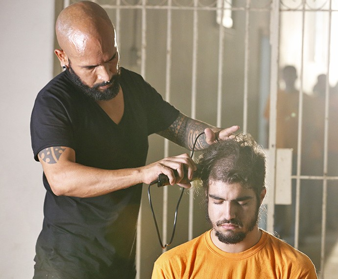 Na pele de Grego, o ator se manteve sério enquanto o  corte era feito  (Foto: Ellen Soares/Gshow)
