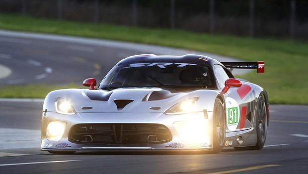 SRT Viper GTS-R se prepara para acelerar em Le Mans, onde foi campeão de 1998 a 2000 (Foto: Divulgação)