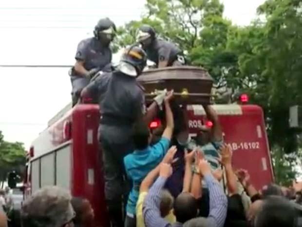 Corpo do prefeito de Elias Fausto passa por cortejo antes de ser enterrado (Foto: Reprodução / EPTV)