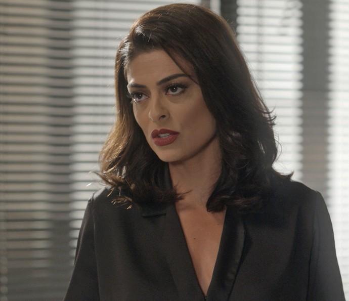 Carolina mente na cara dura e diz que Leila é que vazou as fotos (Foto: TV Globo)