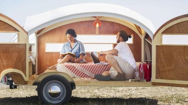 Trailer para acampar acoplado a carro imita iate (Foto: Divulgação)