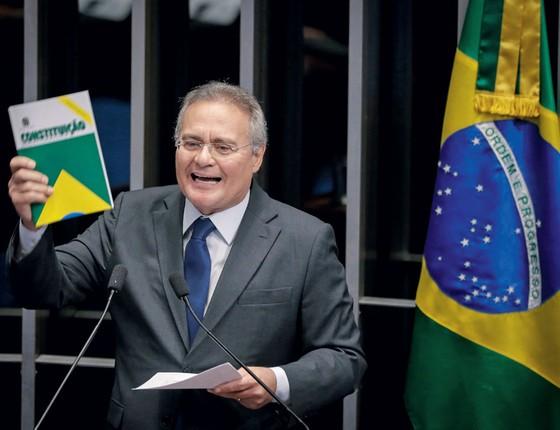 Senador Renan Calheiros com a constituição durante votação final  (Foto:  )