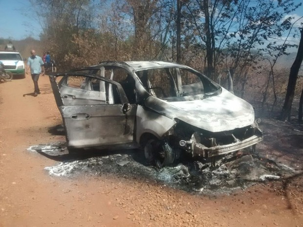 Carro utilizado pelos criminosos que assaltaram banco de Amarante (Foto: Esmael Santos/SomosNotícia.com)