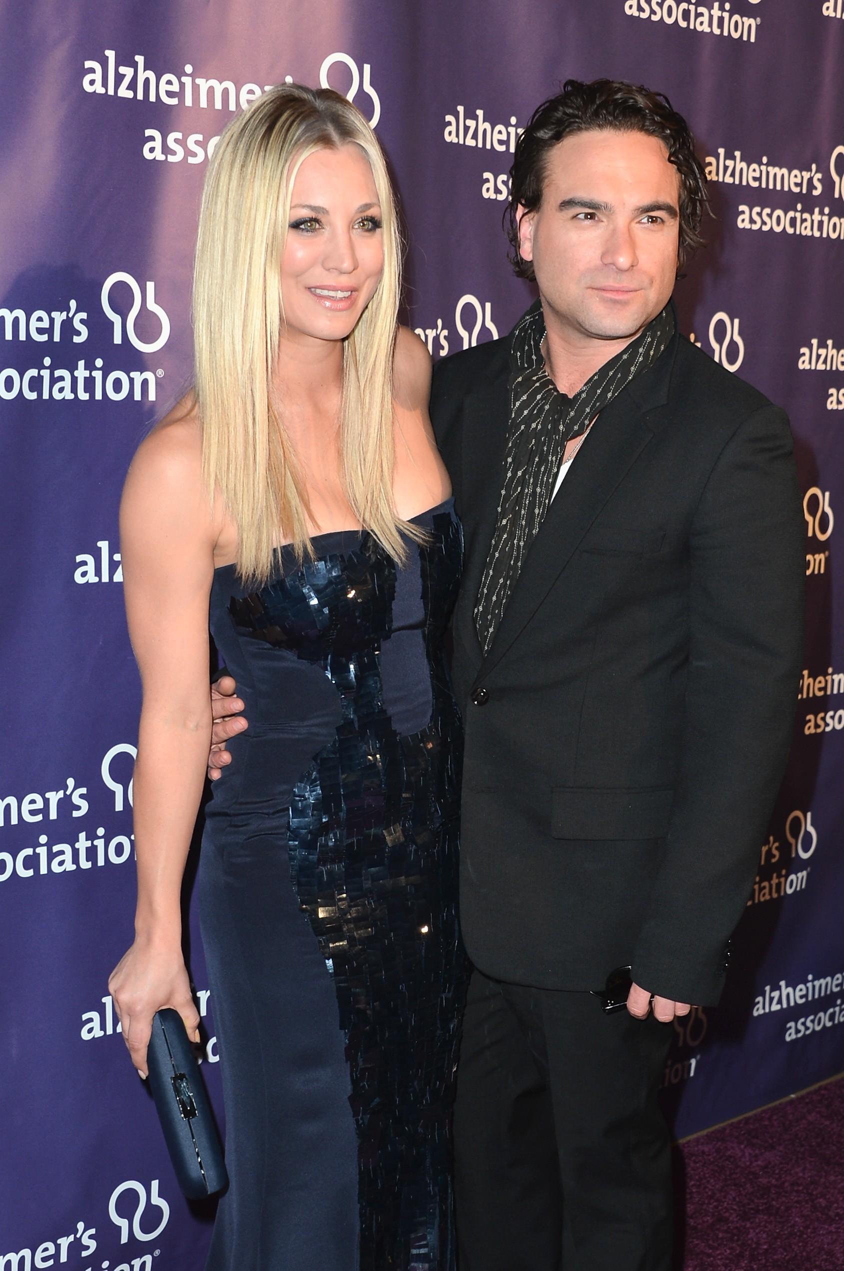 As estrelas de 'The Big Bang Theory' só contaram do relacionamento secreto em 2010. Eles mantiveram uma relação por quase dois anos enquanto filmavam a série e hoje afirmam serem amigos. Ambos não comentam sobre seu passado. (Foto: Getty Images)