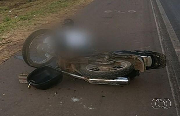 Homem seguia em uma motocicleta e não resistiu aos ferimentos (Foto: Reprodução/TV Anhanguera)