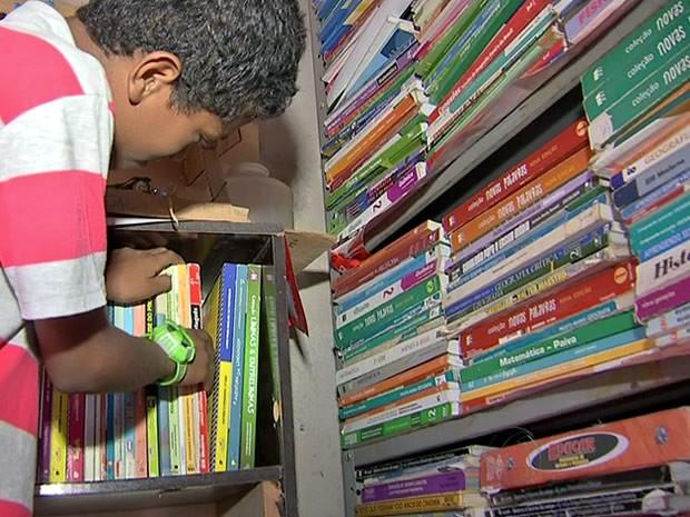 Família ajuda menino a arrecadar livros para construção de biblioteca. (Foto: Reprodução/TVCA)