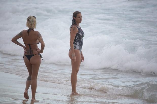 Luana Piovani na Praia do Arpoador com seus filhos (Foto: AgNews / AgNews)