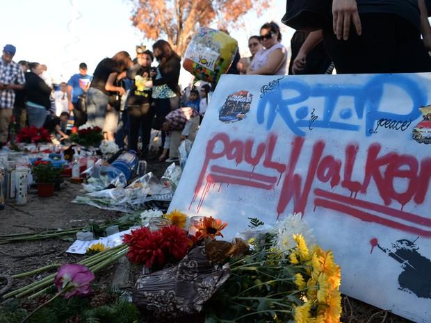 Fãs fazem homenagem ao ator Paul Walker no local onde ele sofreu o acidente de carro no sul da Califórnia, nos Estados Unidos, neste domingo (1º). (Foto: David Buchan/Getty Images/AFP)