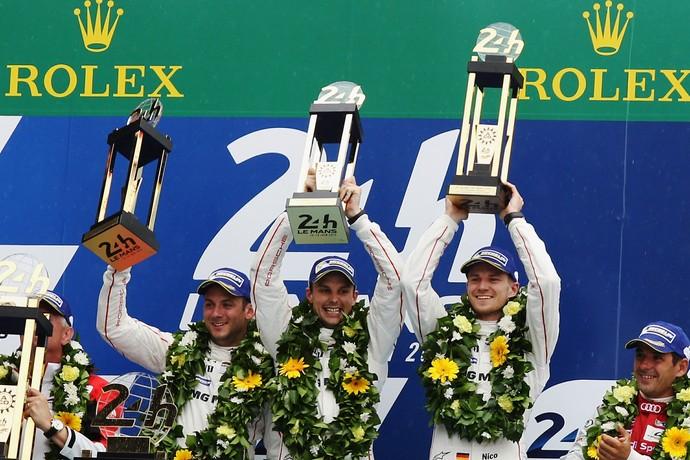 Nico Hulkenberg celebra vitória nas 24 Horas de Le Mans com Earl Bamber e Nick Tandy  (Foto: Getty Images)
