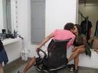 Aline Riscado dá beijinho em Felipe Roque em bastidores de ensaio
