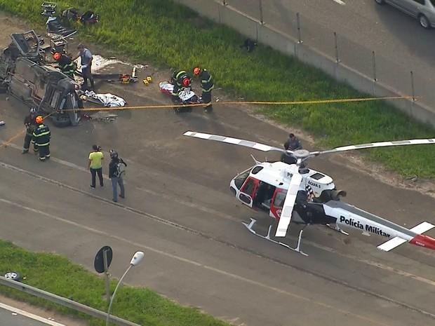 Caminhão tomba e carro cai de viaduto após batida no Rodoanel (Foto: Reprodução TV Globo)