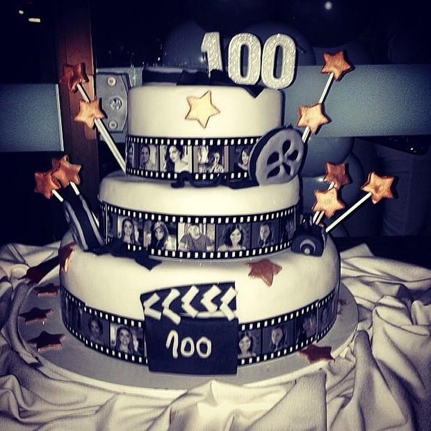 Bolo para comemorar o capítulo 100 de Em Família (Foto: Reprodução/Instagram)