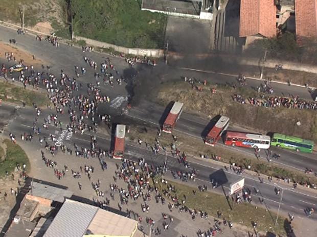 Fogo e ônibus interditam via durante protesto em Contagem (Foto: Reprodução/TV Globo)