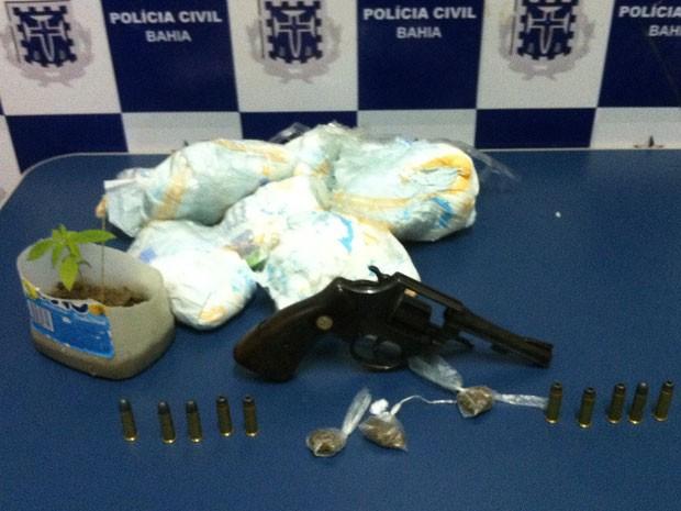 Celulares e carregadores foram embalados em fraldas descartáveis (Foto: Divulgação/Polícia Civil)