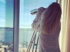 Ellie Goulding sensualiza de camisa transparente e calcinha comportada