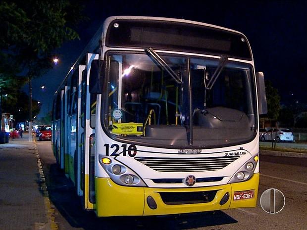 Ônibus da linha 01 foi alvo de assalto na Zona Oeste de Natal (Foto: Reprodução/Inter TV Cabugi)