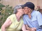 Marido constrói elevador para idosa visitar quintal de casa