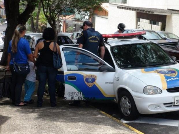 Garoto de 3 anos é levado para a delegacia em Piracicaba (Foto: Eduardo Guidini / G1)