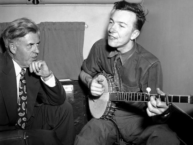Em agosto de 1948, Pete Seeger canta para Henry A. Wallace (Foto: AP Photo/File)