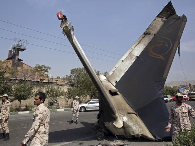 Soldados inspecionam área onde caiu avião em Teerã (Foto: AP Photo/Vahid Salemi)