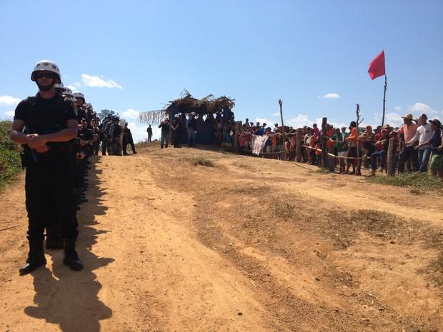 Policiais e sem-terra tentam acordo para reintegração de posse, em Alto Paraíso, RO (Foto: Eliete Marques/G1)