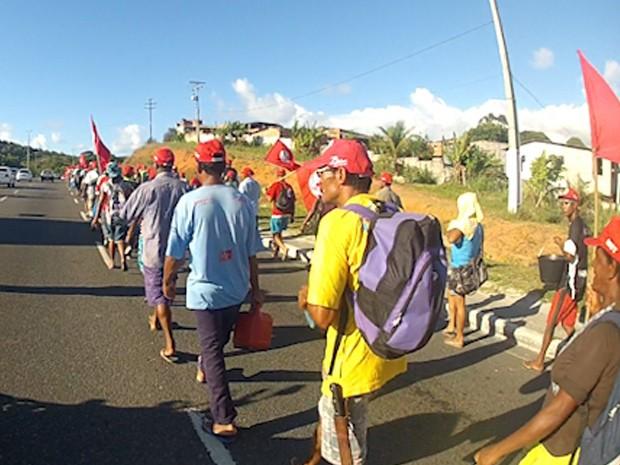 Integrantes do MST seguem para o Centro Administrativo da Bahia (Foto: Imagens / TV Bahia)