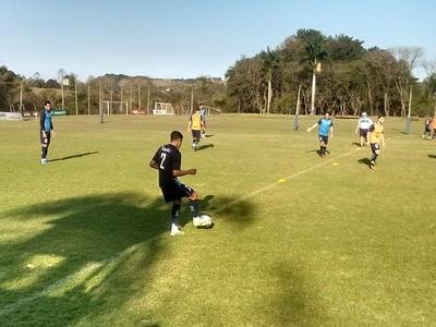 Lucas Ramon treino Londrina (Foto: Rodrigo Saviani)