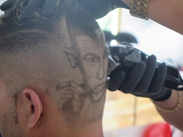 Nariko desenha o jogador Neymar no cabelo do cliente (Foto: Mariane Rossi/G1)