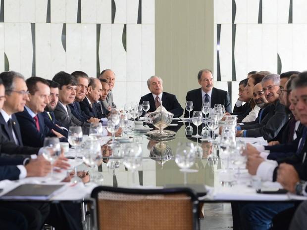 Líderes da base aliada reúnem-se em café da manhã com o vice-presidente da República, Michel Temer, e o ministro da Casa Civil, Aloizio Mercadante, em Brasília (Foto: Antonio Cruz/Agência Brasil)