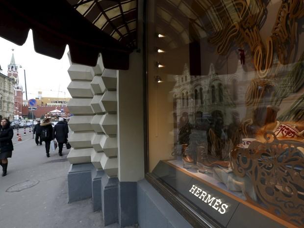 Pedestres passam por shopping em Moscou, em frente a loja da Hermes, na Praça Vermelha. A grife de luxo decidiu reabrir uma de suas duas lojas em Moscou em um gesto de confiança no mercado russo (Foto: Sergei Karpukhin/Reuters)