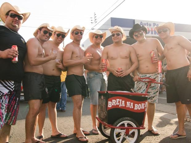 De bermudas, chapéu e chinelo, amigos de Ibaté (SP) levam carrinho de picolés com cerveja pela Avenida 43 em Barretos (Foto: Érico Andrade/G1)