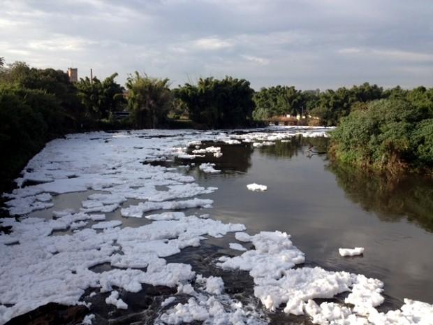 Espuma se espalha por vários trechos do rio Tietê (Foto: Witter Veloso/TV Tem)