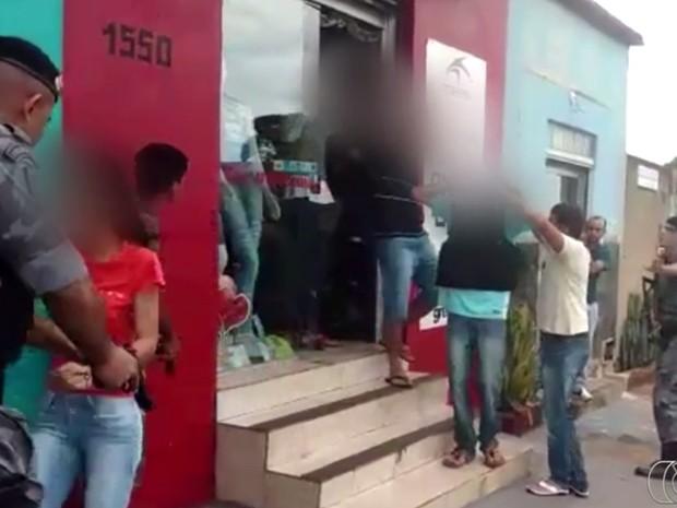 Adolescentes se entregam após manter mulheres reféns por uma hora, em Goiânia (Foto: Reprodução/ TV Anhanguera)