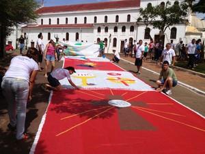 Fiéis preparam tapetes de Corpus Christi em Rio Branco, Acre (Foto: Veriana Ribeiro / G1)