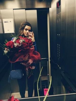 Bruna Marquezine recebe buquet de flores (Foto: Instagram / Reprodução)