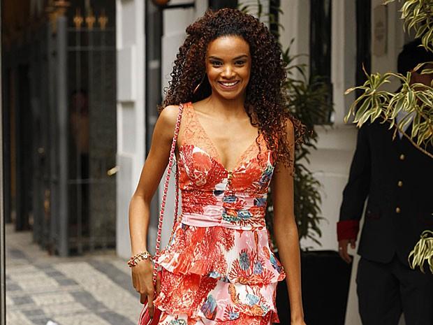 Lucy Ramos caminha toda sorridente pela rua (Foto: Salve Jorge/TV Globo)