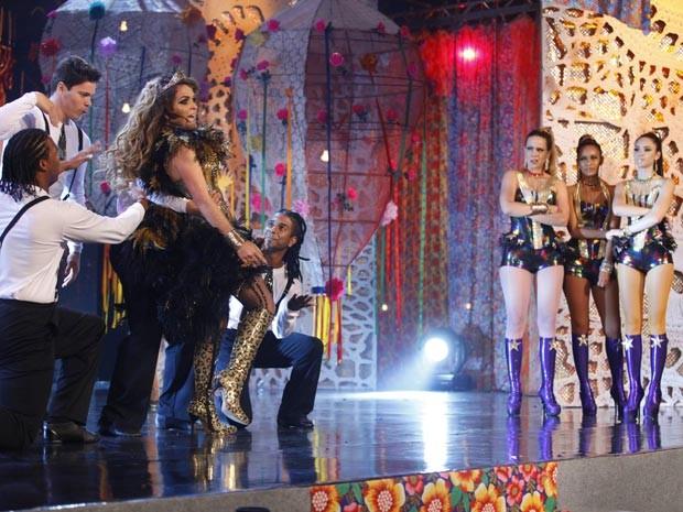 Dançando eletroforró na cara de todos, Chay apresenta seu novo hit (Foto: Cheias de Charme / TV Globo)