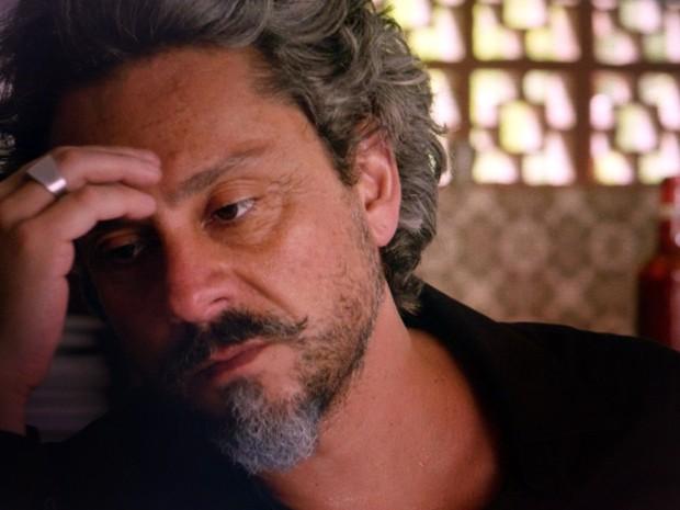'Como é que vou conseguir salvar meu filho?', pensa o Comendador (Foto: TV Globo)
