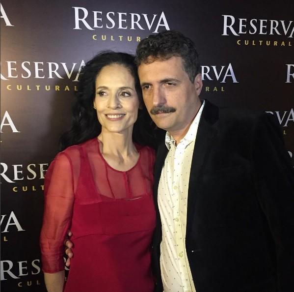"""Sonia Braga posa com o diretor Kleber Mendonça Filho na pré-estreia de Aquarius: """" (Foto: Reprodução/ Instagram)"""