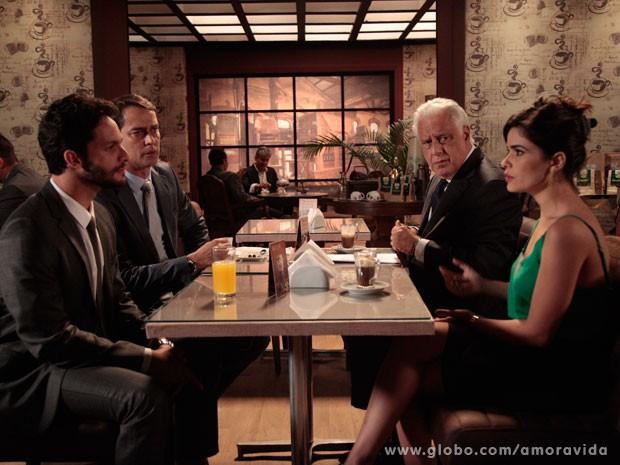 Aline não gosta de sugestão dos advogados (Foto: Amor à Vida/TV Globo)