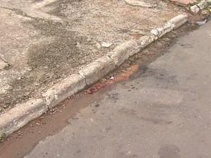 Na calçada onde o policial caiu ainda era possível encontrar marcas de sangue, neste domingo (5) (Foto: Reprodução/ TV Acre)