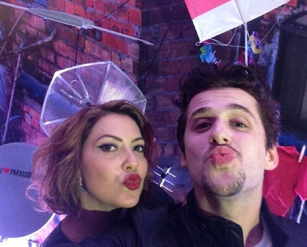 Fofos! Casal mandou beijinho em selfie (Foto: Gshow)