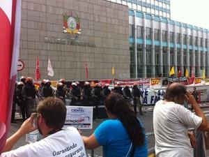 Servidores aguardam votação do lado de fora da Assembleia (Foto: Estêvão Pires/RBS TV)
