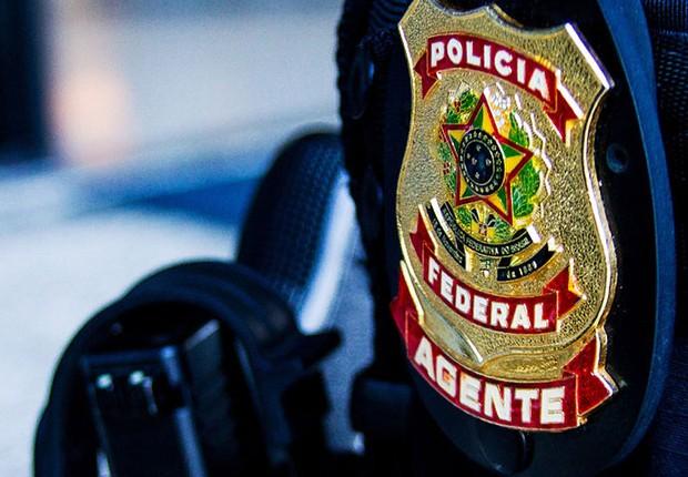 Detalhe da braçadeira de agente da Polícia Federal durante Operação Lava Jato (Foto: Reprodução/Facebook)