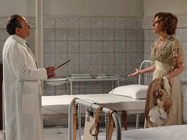 Constância se depara com o quarto vazio e pede para ver Laura (Foto: Lado a Lado/TV Globo)