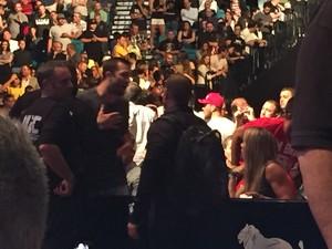 Joana Prado e Luke Rockhold discutem no UFC 187 (Foto: Evelyn Rodrigues)